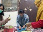 mahasiswa-untag-surabaya-mengajarkan-warga-membuat-hand-sanitizer-dari-bahan-alami.jpg