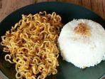 makan-mi-instan-dicampur-nasi.jpg