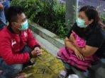 maria-kanan-saat-menunggu-perawatan-medis-putrinya.jpg