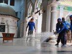 masjid-agung-tuban-saat-disemprot-disinfektan-untuk-mencegah-penyebaran-covid-19.jpg