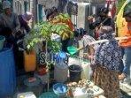 masyarakat-di-kecamatan-tlanakan-mengantre-air-bersih.jpg