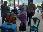 masyarakat-lanjut-usia-lansia-di-kecamatan-tikung-lamongan-mendapat-jatah-vaksin.jpg