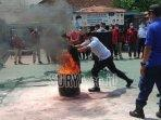 mematikan-api-menggunakan-kain-basah-selasa-1492021.jpg