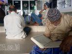 membaca-alquran-di-masjid-al-falah_20170621_214157.jpg
