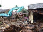 mencari-mengecek-korban-hilang-dalam-tsunami-banten-dan-lampung.jpg