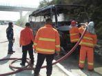 minibus-alfaco-trans-bernopol-dk-0909-he-ludes-terbakar-di-ruas-tol-ngawi-kertosono.jpg