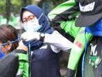 mitra-gojek-mendapatkan-masker-cairan-pembersih-hand-sanitizer.jpg