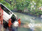 mobil-alphard-saat-masuk-sungai-dan-dievakuasi-tim-orong-orong-dari-pmk-surabaya.jpg
