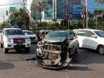 mobil-datsun-cross-yang-menabrak-sebuah-mobil-ambulans-sesaat-sebelum-dilakukan-evakuasi.jpg