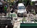 mobil-milik-fadoli-sebelum-dievakuasi-dari-makam.jpg