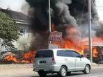 mojokerto-api-membubung-dari-lokasi-kebakaran-gudang-rongsokan-di-ngoro-kabupaten-mojokerto.jpg
