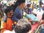 mojokerto-khusnul-khuluq-dievakuasi-ke-mobil-ambulans.jpg