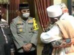 momen-pertemuan-damai-habib-umar-abdullah-assegaf-dengan-anggota-satpol-pp-surabaya.jpg