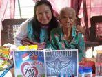nenek-saini-sewaktu-didatangi-relawan-yang-memberikan-bantuan.jpg