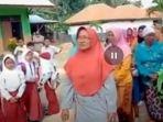 pamekasan-ibu-ibu-ajak-anaknya-demo-agar-sekolah-buka.jpg