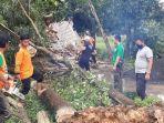 pamekasan-madura-personel-pusdal-ops-bpbd-pamekasan-saat-memotong-pohon-yang-tumbang.jpg