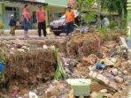 pamekasan-pagar-puskesmas-desa-waru-barat-kecamatan-waru-ambrol-diterjang-banjir.jpg