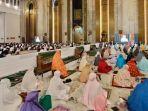para-jemaah-salat-tarawih-masjid-al-akbar-surabaya-menyimak-pesan-gubernur-khofifah.jpg