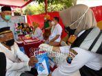 para-lansia-mengikuti-pengecekan-kesehatan-di-kantor-desa-bendorejo.jpg