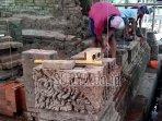 para-pekerja-memasang-kembali-batu-bata-candi-mirigambar.jpg