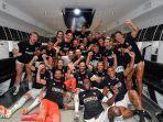 para-pemain-juventus-merayakan-kemenangan-dan-juara-liga-italia-di-ruang-ganti-stadion-alianz.jpg