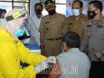 para-tenaga-kesehatan-menyuntikkan-vaksin-sinovac-kepada-lansia-di-kantor-kelurahan-sumbergedong-dua.jpg