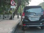 parkir-liar-di-jl-dharmawangsa-bikin-macet_20170607_220055.jpg