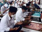 paslon-machfud-arifin-dan-mujiaman-saat-salat-jumat-di-masjid-rahmat-kembang-kuning.jpg