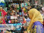 pedagang-aksesoris-di-kawasan-makam-sunan-bonang_20180414_172607.jpg