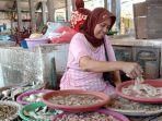 pedagang-ikan-di-pasar-tradisional-kolpajung-pamekasan.jpg