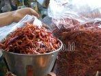 pedagang-menata-cabai-kering-impor-di-pasar-basah-kabupaten-trenggalek.jpg