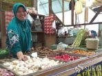 pedagang-yang-menjual-bawang-putih-di-pasar-sidoharjo.jpg