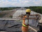 pekerja-menyelesaikan-pembangunan-salah-satu-overpass-di-tol-wilangan-kertosono.jpg