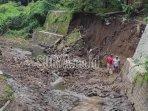pekerja-sedang-memperbaiki-plengsengan-dam-gajah-di-kelurahan-karangsari.jpg