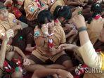 pelajar-sd-sedang-belajar-merangkai-gelang-berbahan-batok-di-kelurahan-tanjungsari-kota-blitar.jpg