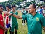 pelatih-elite-pro-academy-epa-persebaya-mat-halil-saat.jpg
