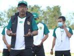 pelatih-persebaya-aji-santoso-saat-memimpin-latihan-tim-di-jakarta.jpg