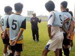 pelatih-subangkit-memberi-arahan-kepada-para-peserta-seleksi-hari-calon-pemain-gresik-united.jpg