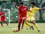 pemain-indonesia-muda-jossa-andika-kiri-berduel.jpg