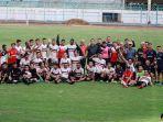 pemain-madura-united-saat-foto-bersama-di-stadion-gelora-bangkalan.jpg