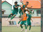 pemain-persebaya-saat-berlatih-di-stadion-jenggolo-kamis-1762021.jpg
