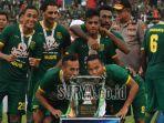 pemain-persebaya-surabaya-meraih-gelar-juara-piala-gubernur-jatim-2020.jpg