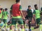 pemain-persebaya-surabaya-saat-berlatih-bersama-pelatih-caretaker.jpg