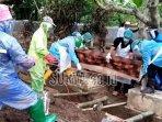 pemakaman-jenazah-korban-covid-19-di-kabupaten-tulungagung.jpg