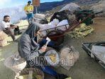 penambang-belerang-di-kawasan-kawah-ijen-kabupaten-banyuwangi.jpg
