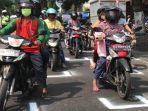 pengendara-motor-jaga-jarak-di-traffic-light.jpg