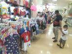 pengunjung-beserta-buah-hatinya-di-itc-mall-surabaya-selasa-2192021.jpg