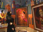 pengunjung-menikmati-lukisan-pada-pameran-seni-rupa-27-perupa-jawa-bali.jpg
