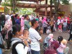 pengunjung-obyek-wisata-maharani-zoo-dan-goa-lamongan-jawa-timur.jpg
