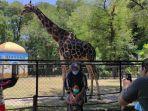 pengunjung-sedang-minikmati-di-salah-sat-wahana-kebun-binatang-surabaya-kbs.jpg